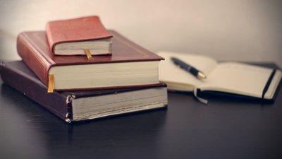 Photos d'un ensemble de livres de droit.