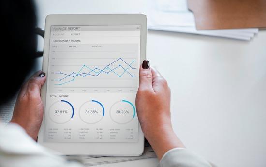 Photo d'une tablette qui affiche un tableau de bord d'analyse de données